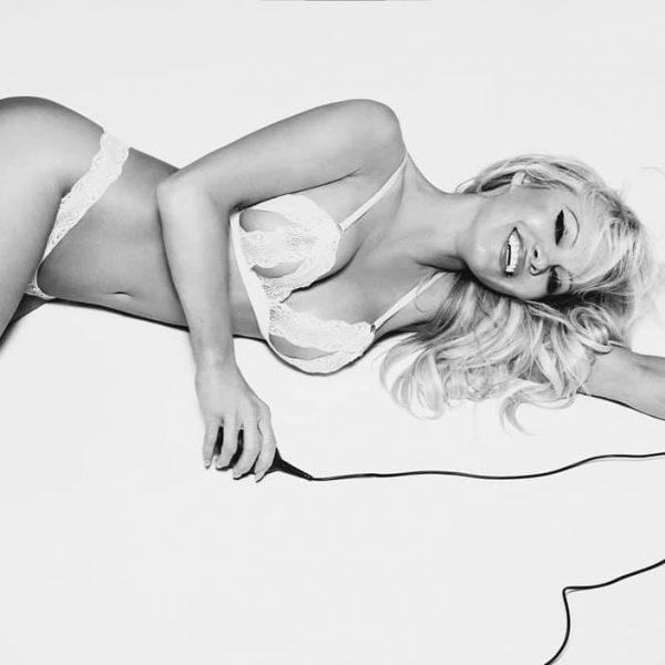 Памела Андерсън е изумителна по бански и на 51
